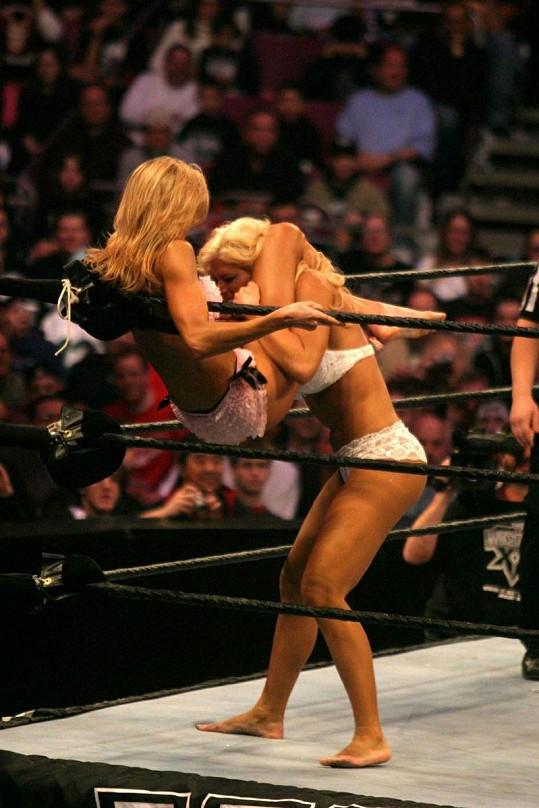 Stacy wrestling miluje.