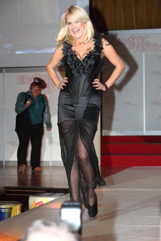 Vendula Svobodová si vybrala decentní model, ve kterém dala vyniknout svým přednostem.
