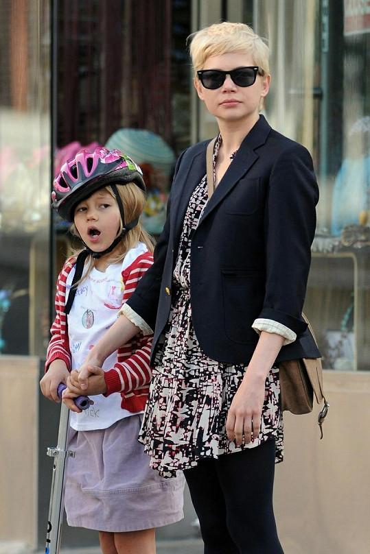 Michelle a její Matilda na koloběžce.