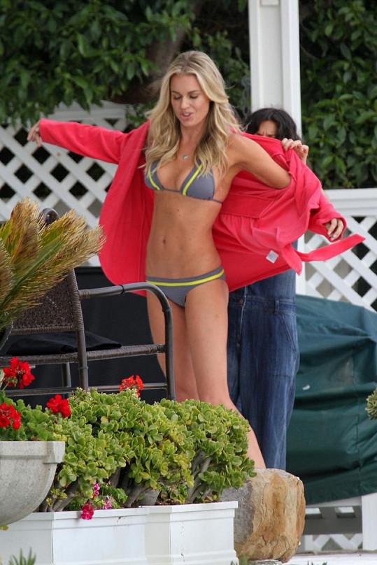 Rebecca Romijn ukázala bezchybné bříško v bikinách.