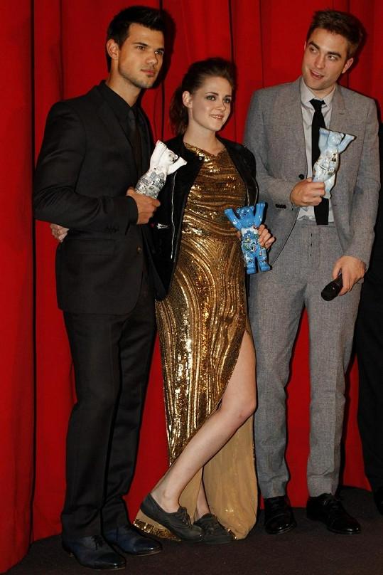 Kristen Stewart v keckách klidně zapózovala s Robertem Pattinsonem a Taylorem Lautnerem.
