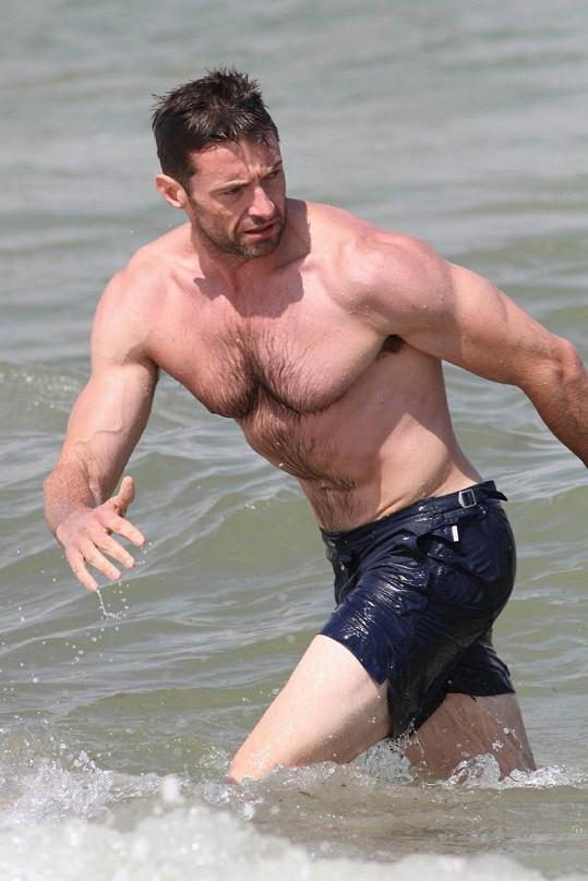 Akční hrdina Hugh Jackman vypadá neohroženě i při koupání.