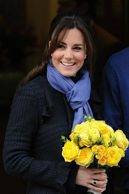 Kate opouštěla londýnskou nemocnici s úsměvem na tváři a kyticí růží v ruce.