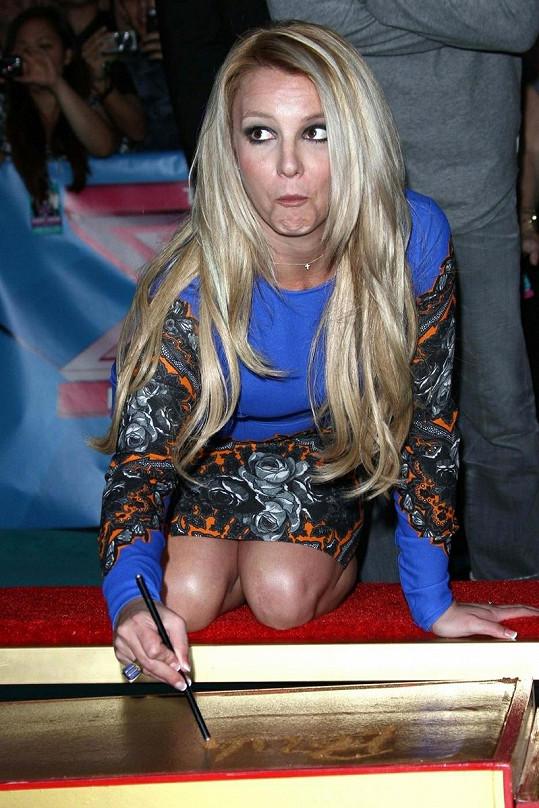 Zpěvačka zvolila kratší modré šaty s potiskem.