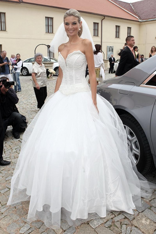 Iveta Lutovská se vdávala také ve svatebních šatech Terezy Sabáčkové.