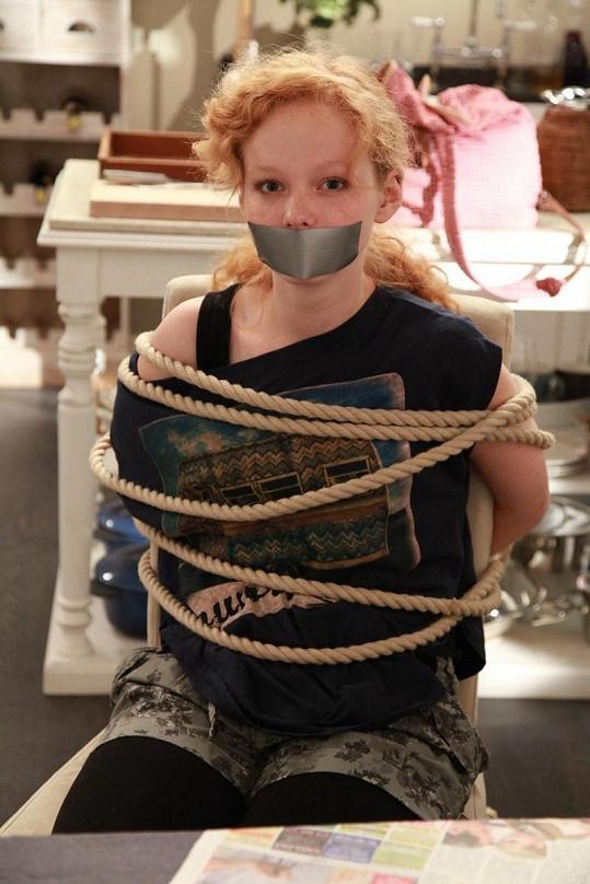Anna v druhé epizodě seriálu O mé rodině a jiných mrtvolách.