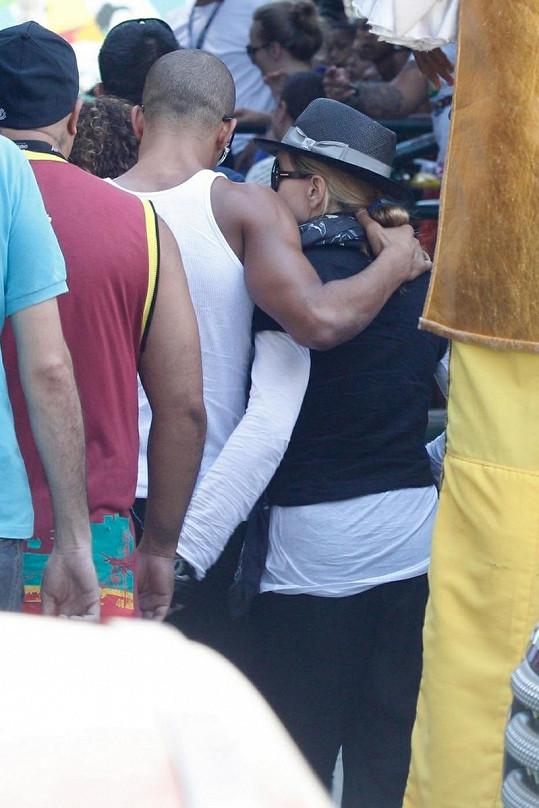 Madonna a Brahim odcházeli v objetí.