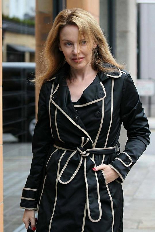 Kylie Minogue na cestě z posilovny v Anglii.