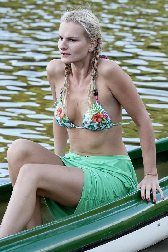 Iva Pazderková na lodi.