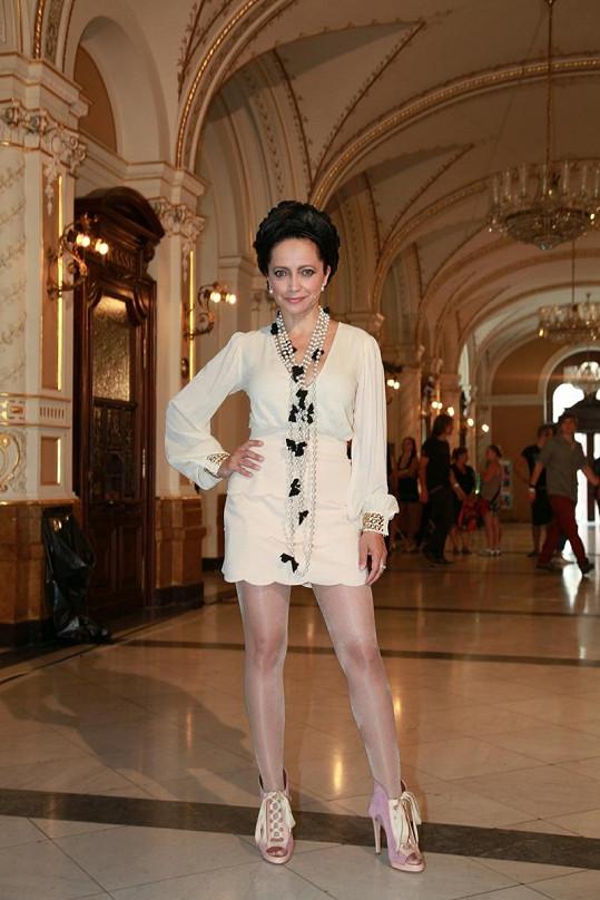 Ať černé nebo bílé šaty, závratně vysoké podpatky jsou samozřejmostí.