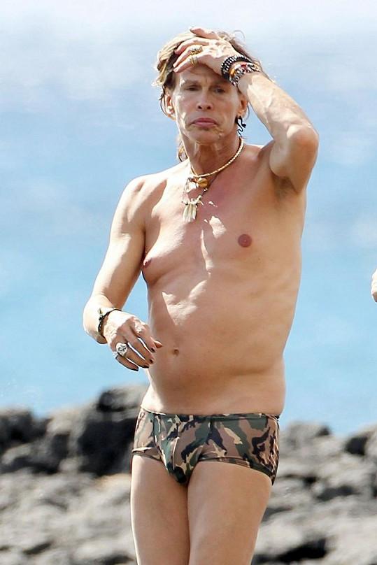 Povislá kůže způsobila, že se rockerovi trochu zvětšila prsa.