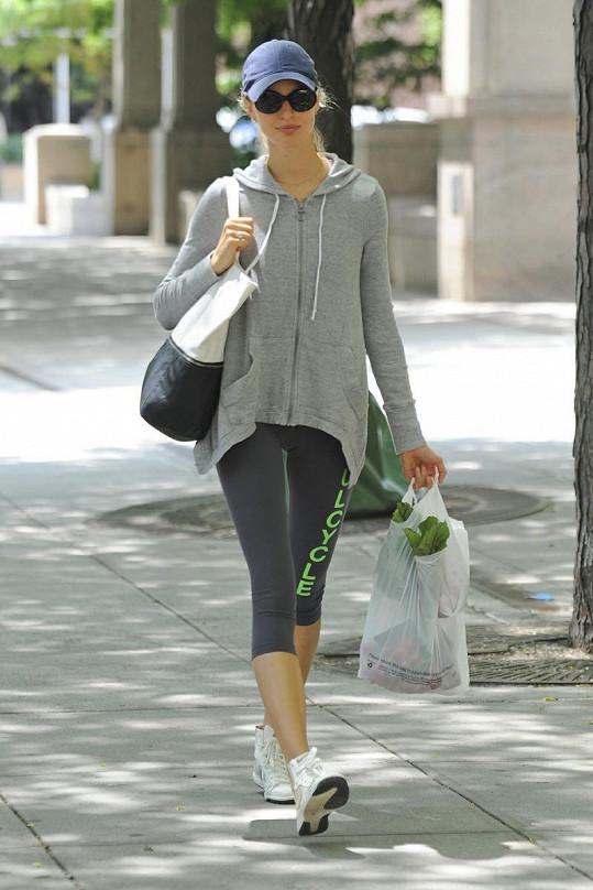 Karolína Kurková si nese z nákupu samou zeleninu.