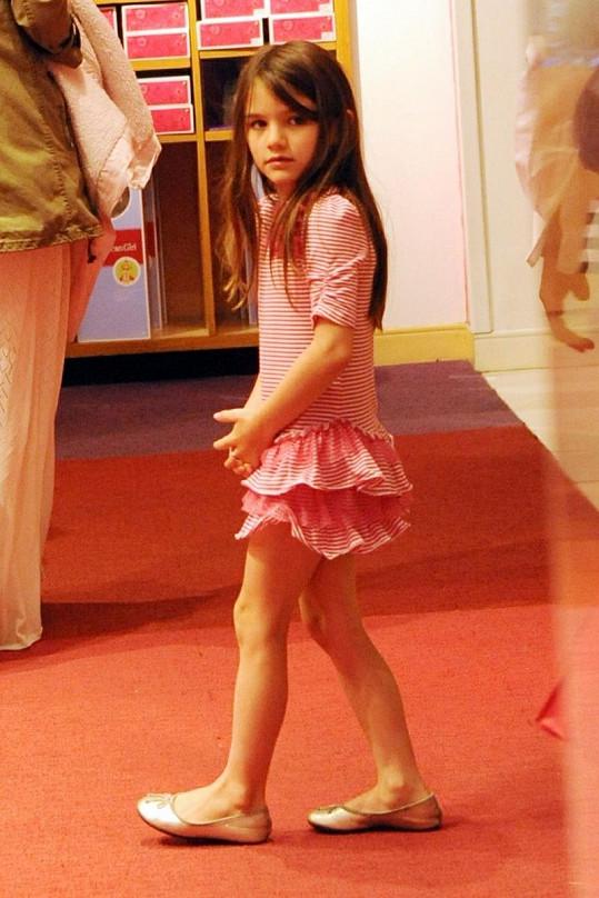 Suri Cruise v divadle ještě nevěděla, kdo na ni venku před východem čeká.