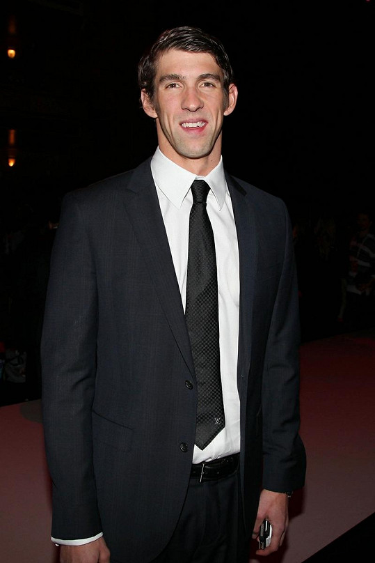 Phelps v obleku.
