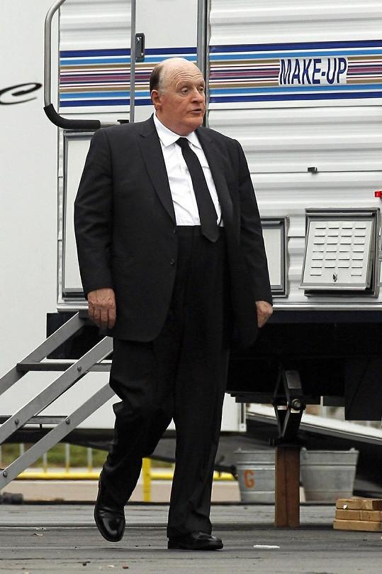 Anthony Hopkins ztrární režiséra Alfreda Hitchcocka.