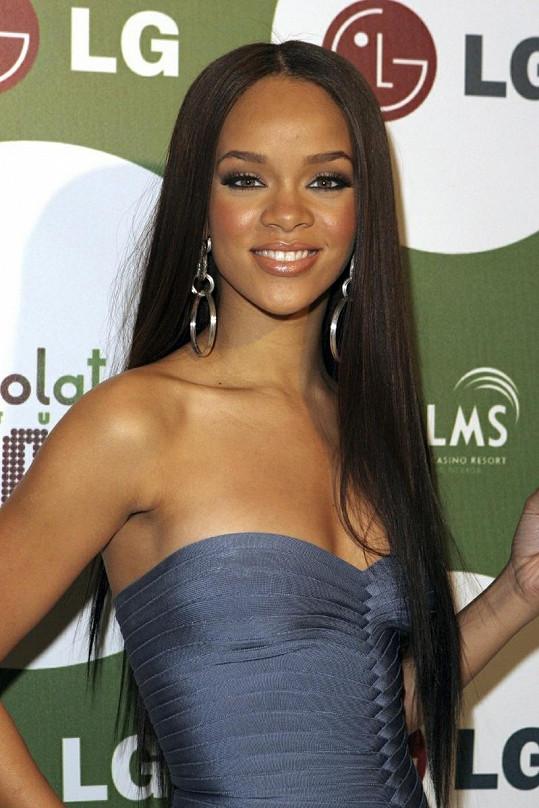 Rihanna vypadala na začátku kariéry v roce 2006 jako panenka.