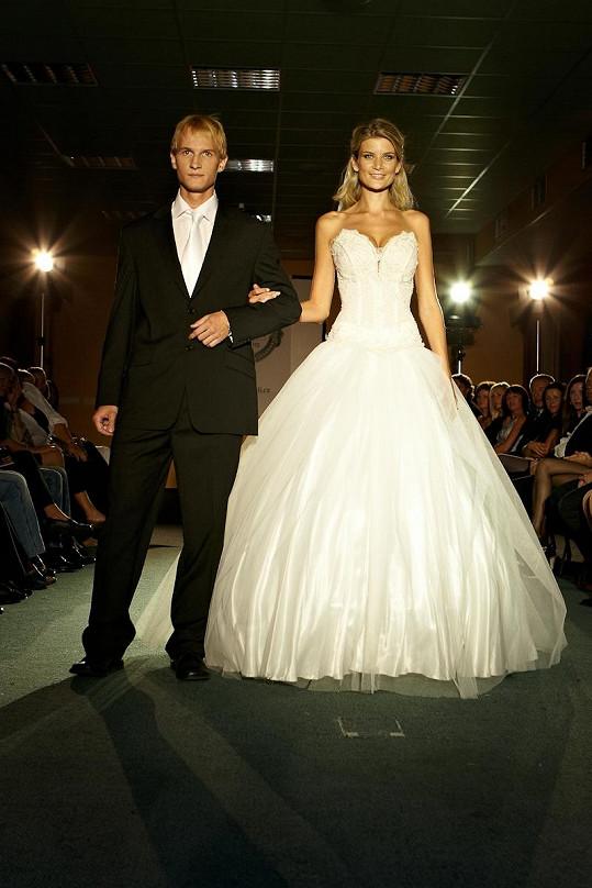 Iveta Lutovská ve svých svatebních šatech s cizím mužem.