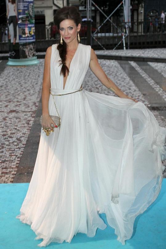 Andrea Verešová zvolila na další párty krásnou bílou róbu.