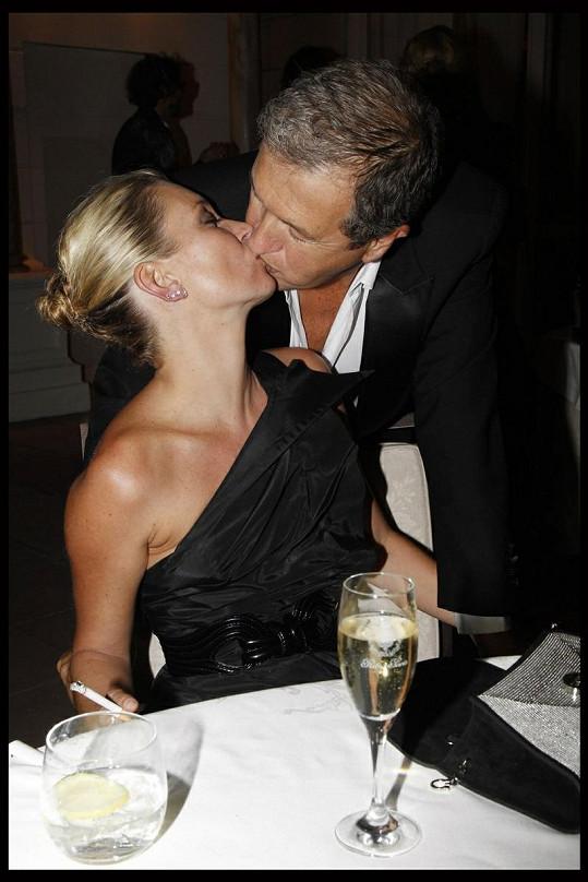 Modelka se vášnivě políbila se slavným fotografem Mariem Testinem.