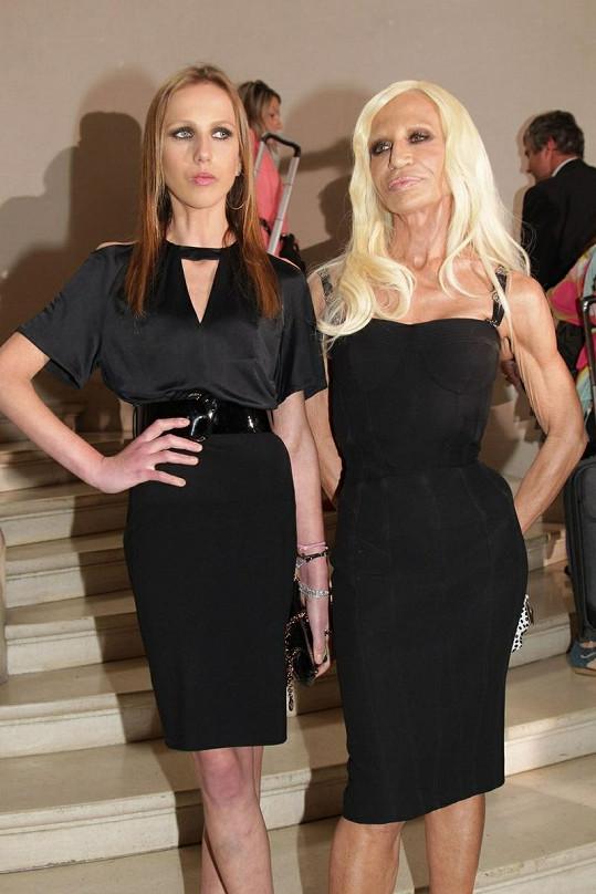 Donatella Versace s dcerou Allegrou na přehlídce Christiana Diora.