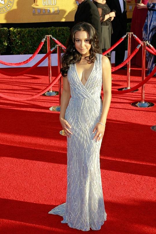 Šaty v odstínu okvětí barvínku od Naeema Khana úžasně kontrastovaly s olivovou pletí hvězdičky z trháku Glee.