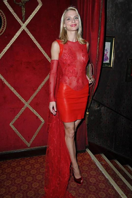 Francouzská modelka Sarah Marshall dorazila oděná v rudé.