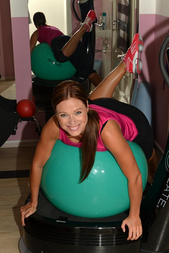 Pavla využívá ke cvičení i gymnastický míč.