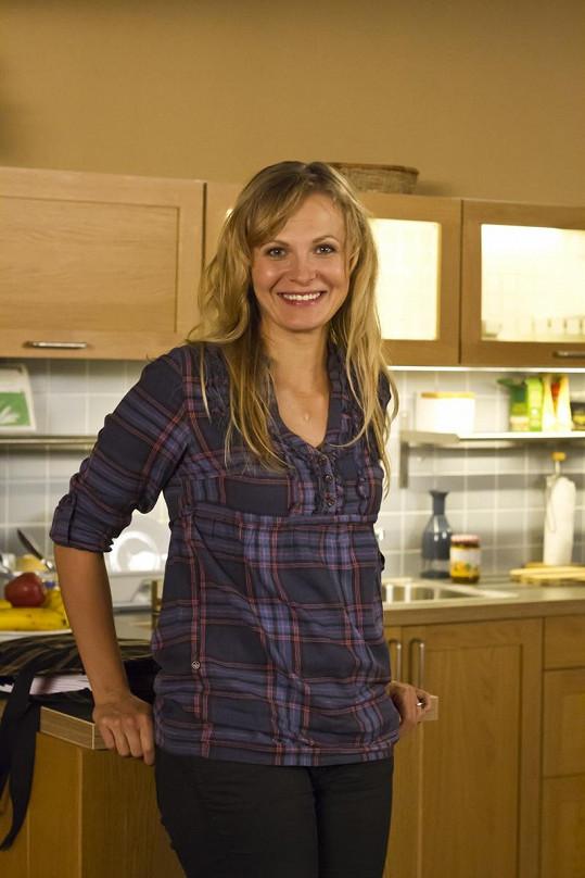 V roce 2014 ohlásila odchod ze seriálu a šla na mateřskou.