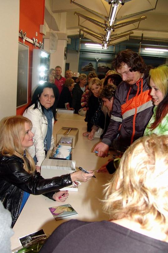 Pro fanoušky uspořádala autogramiádu.