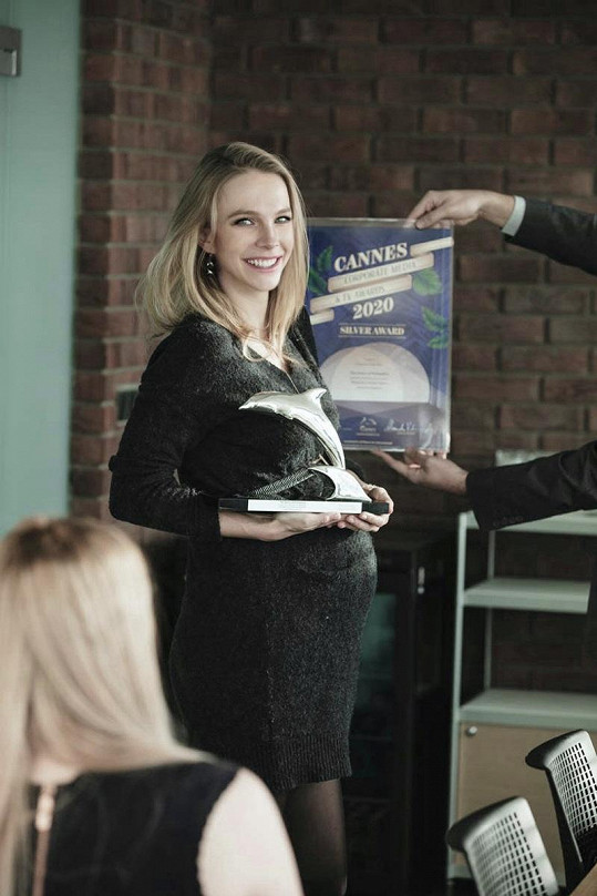 I po plánovaném termínu porodu byla aktivní. Stihla si převzít cenu The Cannes Corporate Media & TV Awards za svůj charitativní projekt, který pomáhá seniorům.