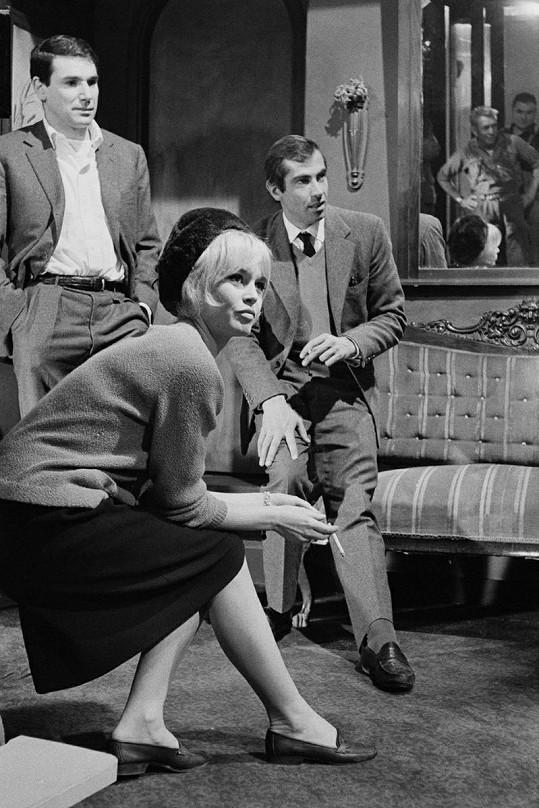 Robert a Brigitte Bardot v romantickém filmu Láska na polštáři.