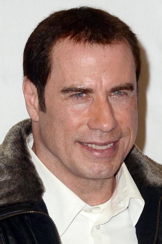 Na letecké konferenci měl herec opět plno vlasů.