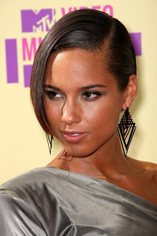 Alicia Keys shodila své dlouhé vlasy.