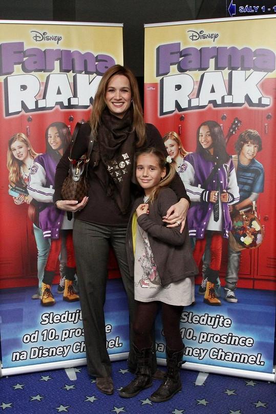 Klára s dcerou v kině.