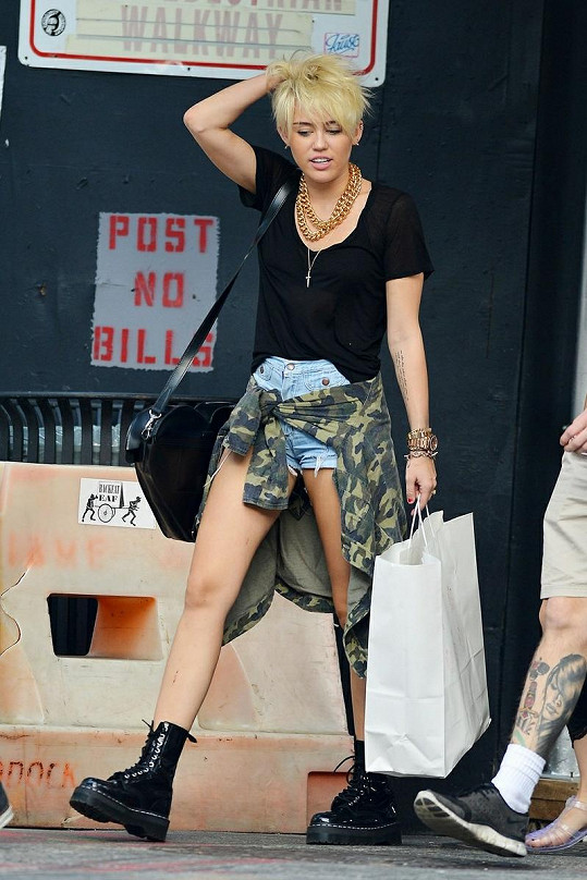 Miley si sama na krátký účes teprve zvyká.