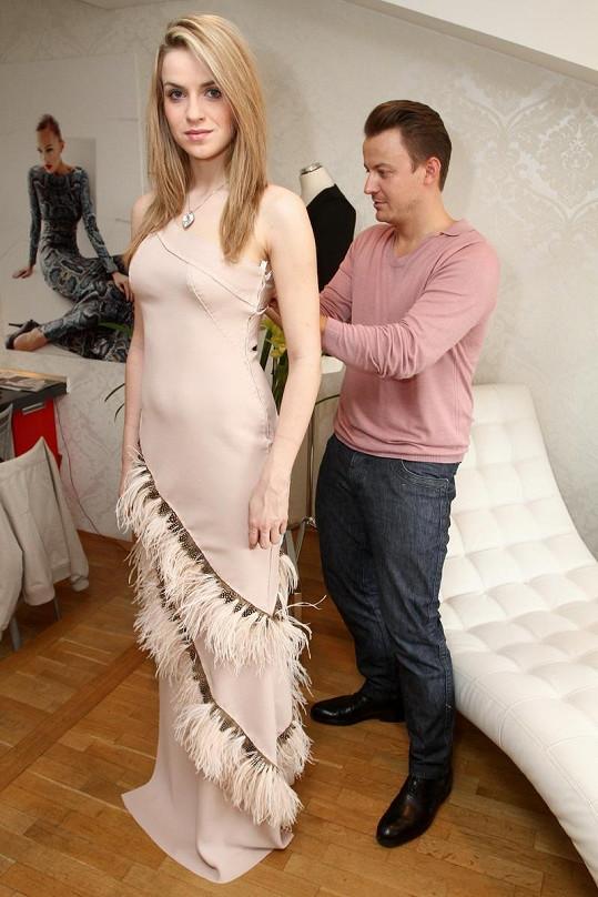 Gábina na zkoušce šatů v ateliéru Lukáše Lindnera.