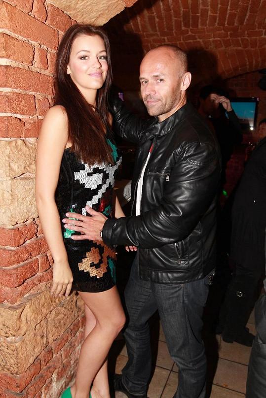 Míra Cypra předváděl, že dokáže partnerku Jitku Válkovou obejmout rukama kolem pasu.
