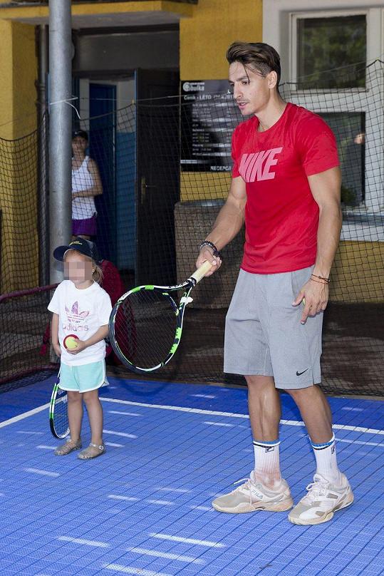 Michal s sebou vzal i dceru Lindu, která už zkouší tenis hrát taky.