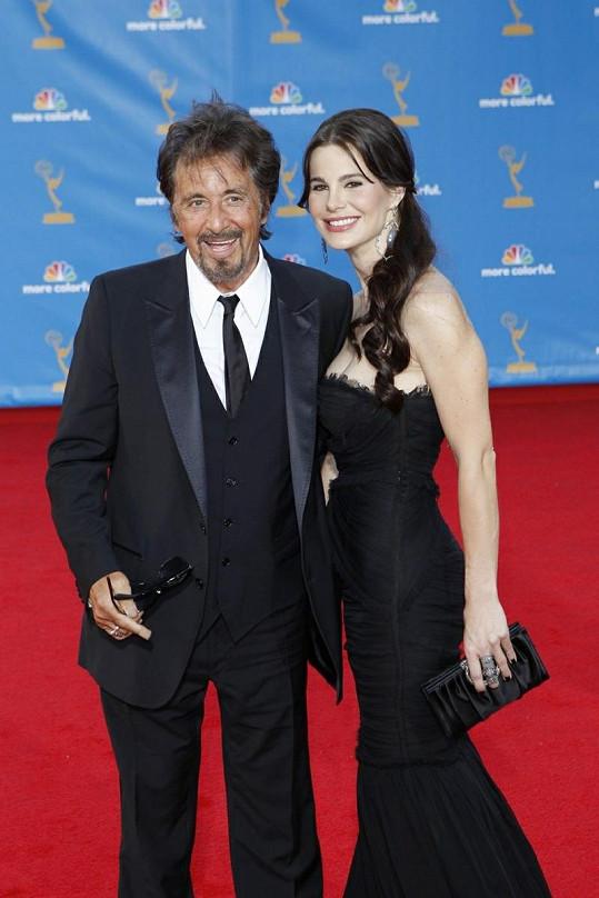 Pacino s přítelkyní Lucilou Solo vloni v srpnu na cenách Emmy.
