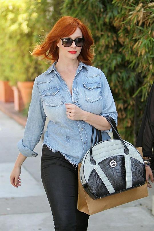 Christina Hendricks a její kabelka od Farboda Barsuma.