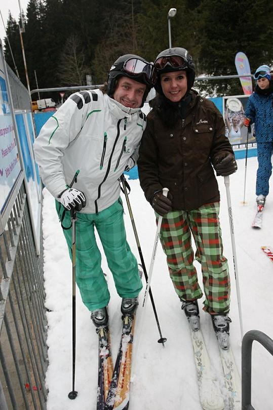 Martina Jandová s Danem Dobiášem na lyžích.