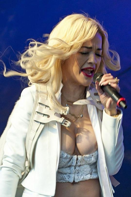 Rita Ora během vystoupení ukázala to, co mělo zůstat skryto.