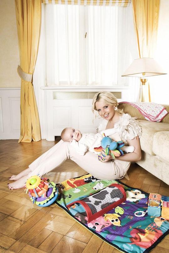 Kateřina Kristelová s devítiměsíční dcerou Claudií nafotily kampaň na hračky Lamaze