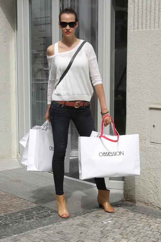 Sokolová odchází z butiku jako vždy obtěžkaná taškami plnými oblečení.
