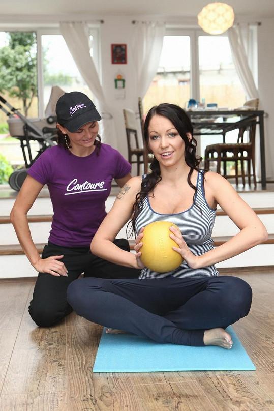 Agáta Hanychová procvičuje prsní svaly