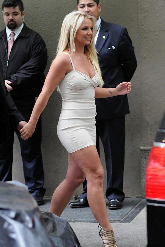 Britney Spears na tiskovou konferenci zvolila krátké minišaty.