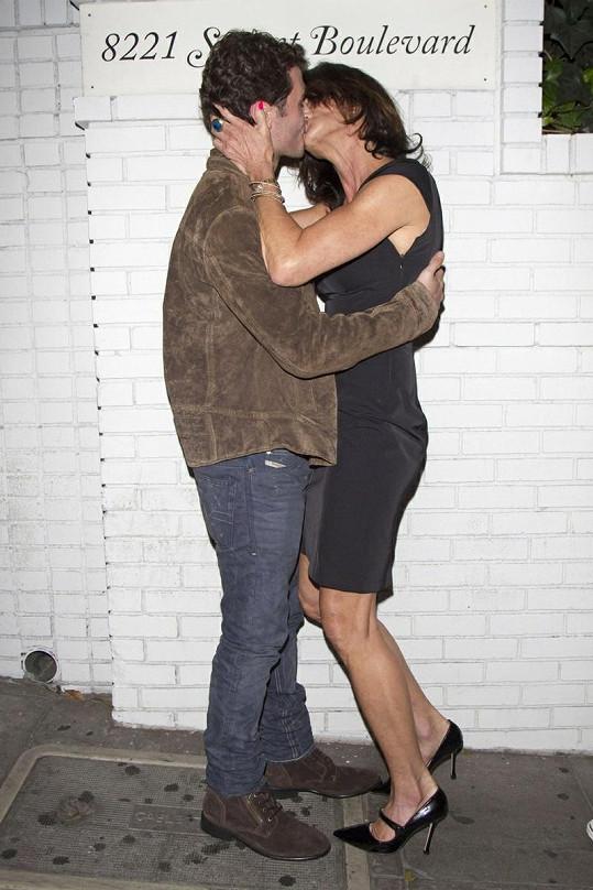Janice Dickinson a James Deen ve vášnivém objetí.