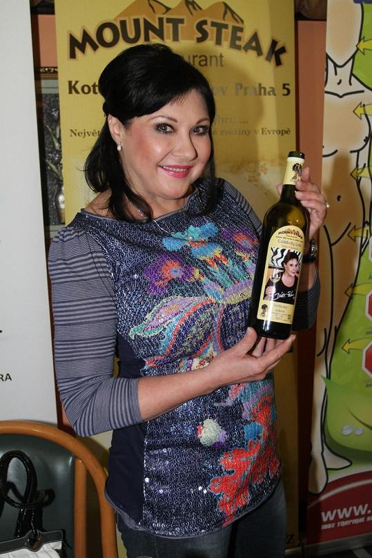 Dáda má víno s vlastní etiketou.