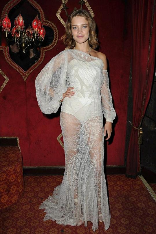 Ruská topmodelka Natalia Vodianova dorazila v průsvitné róbě jako princezna Koloběžka.