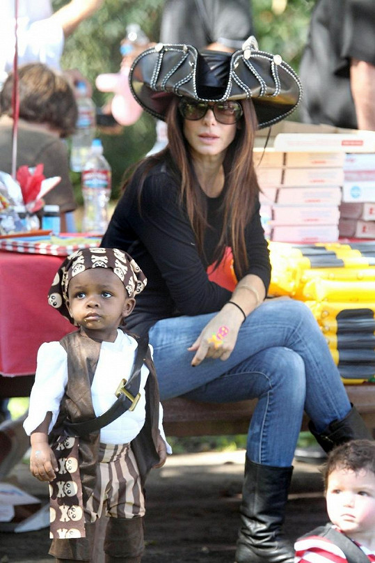 Sandra Bullock vzala svého synka na nedělní dětskou párty v kalifornském Brentwoodu.